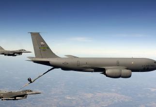 O aeronavă  KC-135 Stratotanker, realimentând un avion de vânătoare F-16 al SUA. Sursă foto: US Air Force