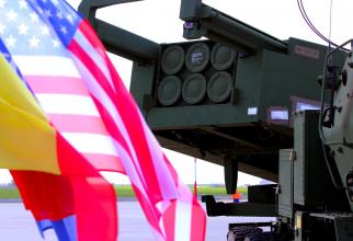 Steagul României și cel al Statelor Unite ale Americii, în timpul ceremoniei de dislocare a sistemelor HIMARS. Foto: MApN