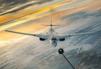 Un bombardier strategic Tu-160, în timpul unei misiuni de realimentare. Sursă foto: Ministerul Apărării din Federația Rusă