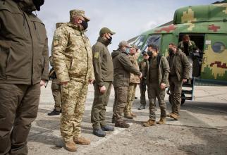 Vlodimir Zelenski, președintele Ucrainei, în timpul unei întrevederi cu cadrele militare. Sursă foto: Președinția Ucrainei