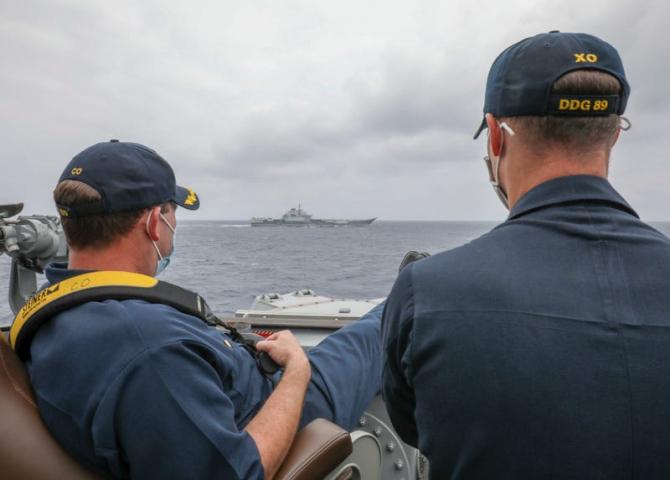 Căpitanul și secundul distrugătorului american USS Mustin, monitorizând relaxați mișcările portavionului chinez Liaoning. Sursă foto: US Navy/MCS3 Arthur Rosen