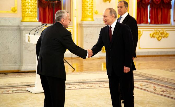 John Sullivan, Ambasadorul american la Moscova și Vladimir Putin, președintele Federației Ruse. Pe fundal, Serghei Lavrov, ministrul de Externe de la Kremlin. Sursă foto: Ambasada Statelor Unite