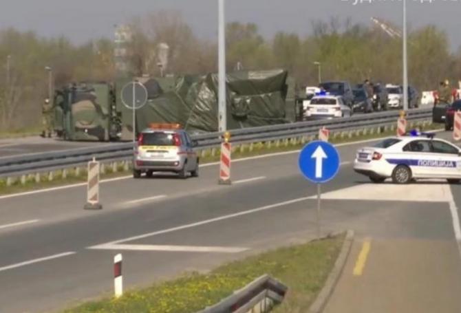 Sistem Panțir S-1 răsturnat pe o autostradă din Serbia. Sursă foto: Defense Brief