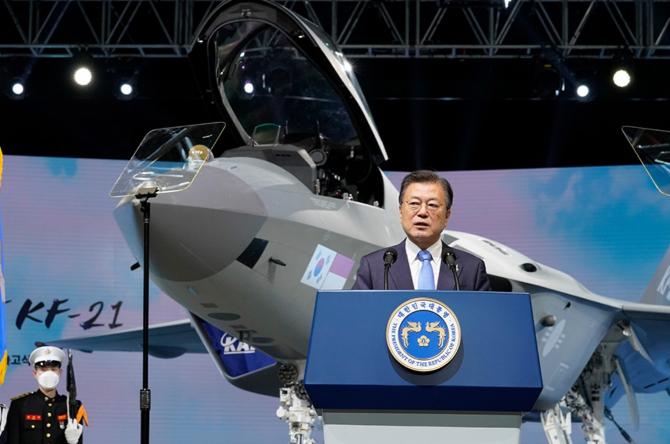1. Președinte... (prezentare-prototip-kf-x-coreea-de-sud-moon-jae-in_72179800.jpg)