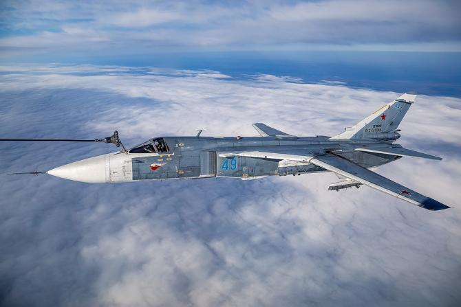 Un Su-24 al Federației Ruse, într-o misiune de realimentare aeriană. Sursă foto: Ministerul Apărării de la Moscova