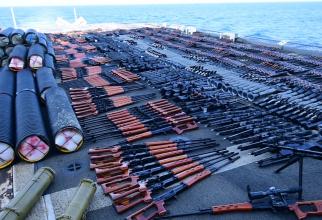 Armele rusești și chinezești capturate de Crucișătorul american USS Monterey după interceptarea unei ambarcațiuni care se deplasa în Yemen. Sursă foto: US Navy