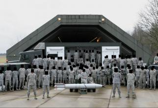 O fotografie de pe Facebook, postată în 2013, arată soldați americani care pozează cu ceea ce pare a fi o armă nucleară la Baza Aeriană Volkel din Olanda. Sursa Fotă: Site-ul de investigaţii Bellingcat