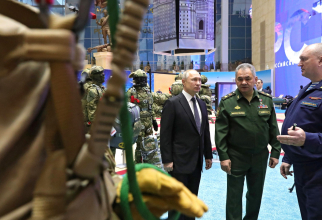 Președintele rus Vladimir Putin și ministrul apărării rus Serghei Șoigu, inspectând armament al Federației Ruse. Sursă foto: Kremlin