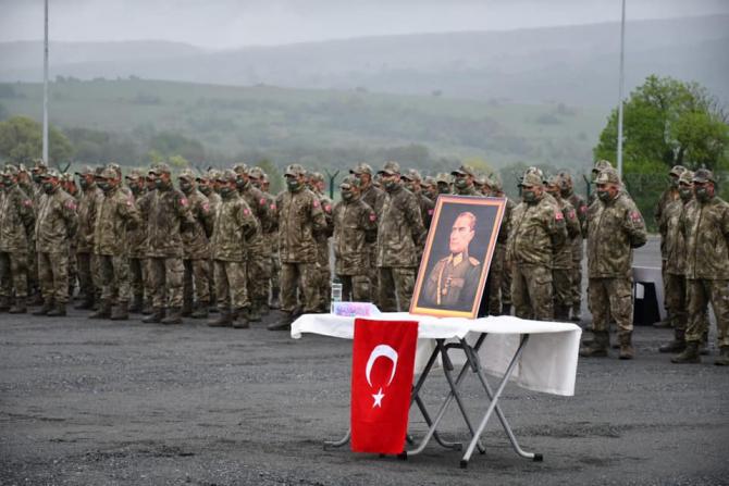 Soldați turci și un portret al Mustafa Kemal Ataturk. Sursă foto: Ministerul Apărării din Turcia