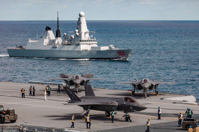 Distrugătorul britanic HMS Dragon, alături de portavionul britanic HMS Queen Elizabeth, întorcându-se dintr-o misiune. Sursă foto: Royal Navy
