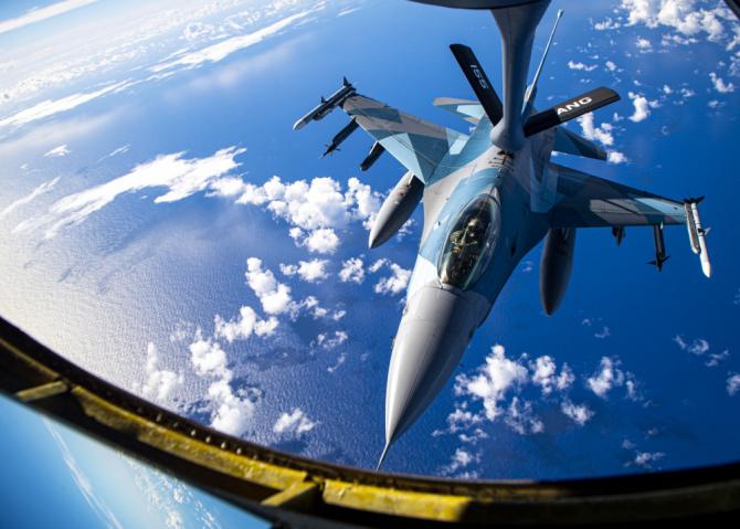 F-16 al SUA, în timpul unei misiuni de realimentare aeriană. Sursă foto: US Air Force