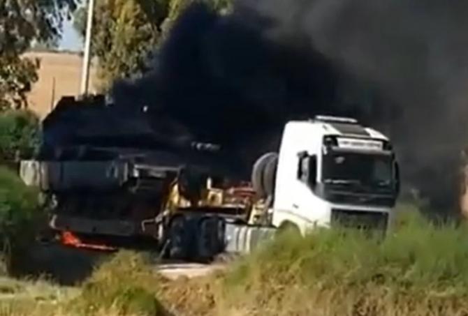 Tanc Merkava al Israelului, în flăcări în timp ce era transportat la frontiera cu Gaza. Sursă foto: Captură video canalul ZOKA Twitter via. Defence-Blog