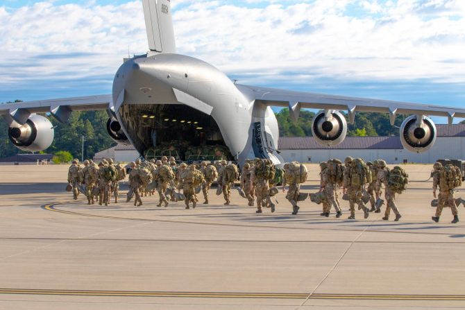 3. Sursă foto... (parasutisti-us-army-sua_99101000.jpg)