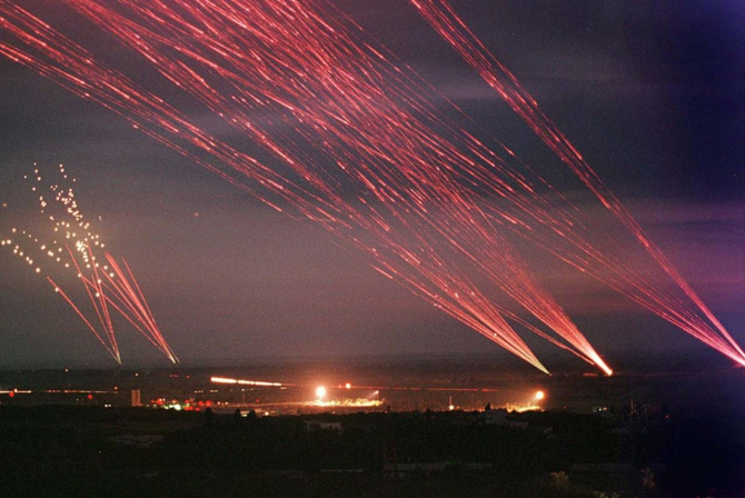 Mai multe sisteme antiaeriene încerca să respingă bombardamentele avioanelor NATO asupra Serbiei - Iunie 1999. Sursa Foto: Reddit.