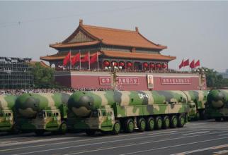 """La o paradă militară, sub """"privirile"""" tabloului lui Mao Zedong, e prezentată o parte din arsenalul nuclear al Chinei. Sursă foto: Ministerul Apărării de la Beijing"""