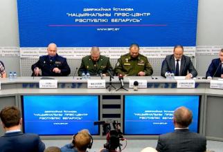 Jurnalistul Roman Protasevici, prezentat alături de cadre militare într-o conferință de presă în Belarus. Sursă foto: Twitter Franak Viacorka - consilierul Sviatlanei Tsikhanouskaya