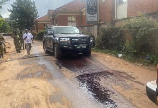 Doi motocicliști înarmați au deschis focul asupra mașinii în care se afla generalul Katumba Wamala și fiica sa  Sursa foto: Canary Mugume/Twitter