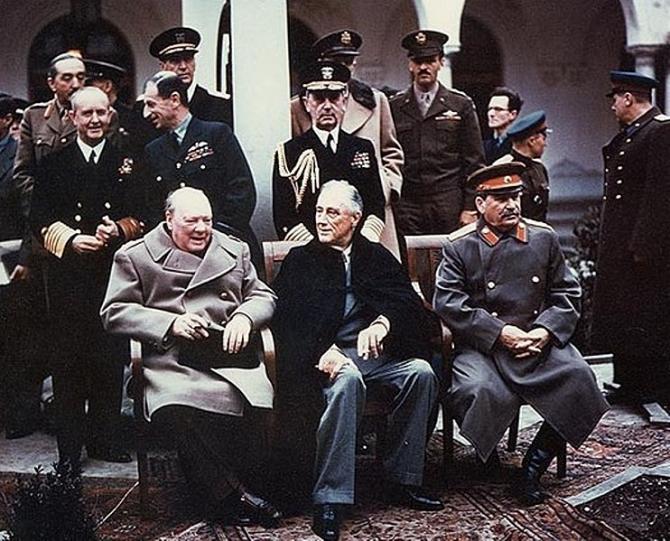 Winston Churchill, premierul Marii Britanii, Franklin D. Roosevet, președintele SUA și Iosif Vissarionovici Stalin, conducătorul URSS, în timpul celebrel Conferințe de la Ialta (4-11 februarie 1945) Photo credit: Wikipedia