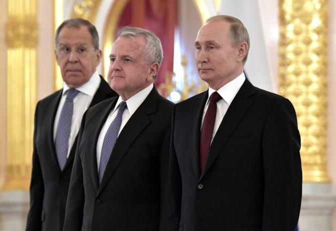 Centru-Ambasadorul american în Rusia, John Sullivan.