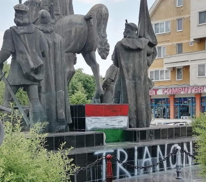 """Statuia lui Mihai Viteazu, vandalizată la Sfântu Gheorghe. Pe soclu a fost vopsit steagul Ungariei, sub mesajul """"Trianon 1920"""". Sursă foto: Facebook Mihai Târnăveanu"""