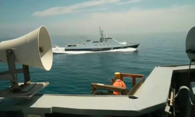 Navă a pazei de coastă a Federaţiei Ruse care se apropie agresiv de distrugătorul HMS Defender