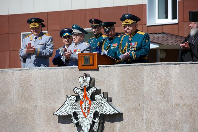 Foto: Ministru adjunct al Apărării al Federației Ruse este Ruslan Tsalikov (centru), alături de înalți oficiali ai Armatei Federației Ruse, prezenți la o ceremonie la Academia Militară Petru cel Mare. Sursă: Ministerul Apărării de la Moscova
