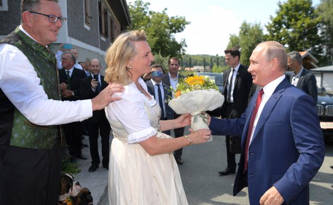 Fostul ministru austriac de externe al Austriei, Karin Kneissl, care în vara anului 2018 l-a avut invitat special la nunta ei pe preşedintele Rusiei Vladimir Putin