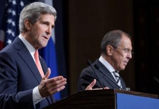 John Kerry, în timpul unei conferințe de presă în 2014, pe vremea când conducea diplomația americană. În conferința de la Geneva înaltul diplomat american era însoțit de Serghei Lavrov. Sursă foto: U.S. Mission to International Organizations in Geneva