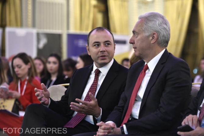 Andrei Muraru (stg.), fost consilier prezidential, si Hans Klemm (dr.), fostul ambasador al SUA in Romania