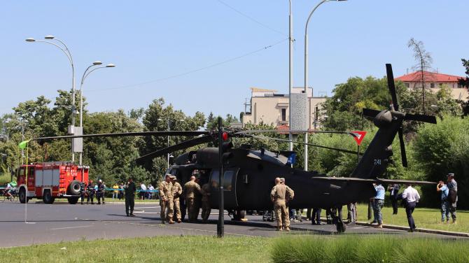 Elicopterul Black Hawk al US Army, după ce a aterizat de urgență în Piața Charles de Gaulle din București. Sursă foto: Crișan Andreescu, pentru DefenseRomania