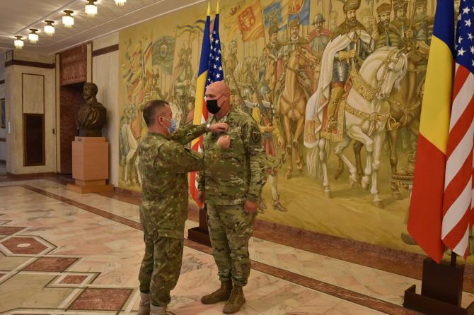 Locotenent-colonelul Brad Stark, ofițer în cadrul Biroului de Cooperare Militară, decorat cu Emblema de Onoare a Armatei României de către Șeful Statului Major al Apărării, general-locotenent Daniel Petrescu. Sursă foto: MApN via. Ambasada SUA în România