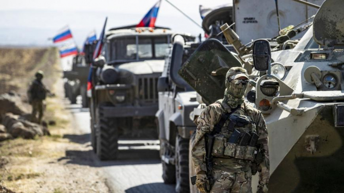 Un convoi militar rus conduce în apropierea satului Ein Diwar din provincia siriana Hasakah.