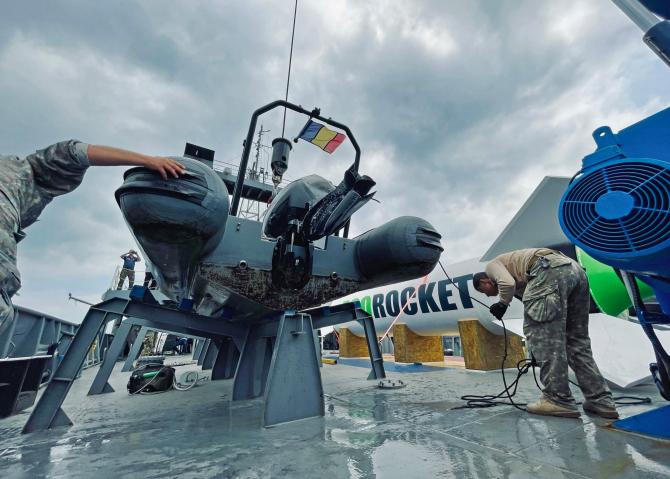 Racheta EcoRocket, care va lansa pe orbită primul satelit al României, în timpul testelor de la bordul navei militare NMH Alexandru Cătuneanu. Sursă foto: Lansăm România