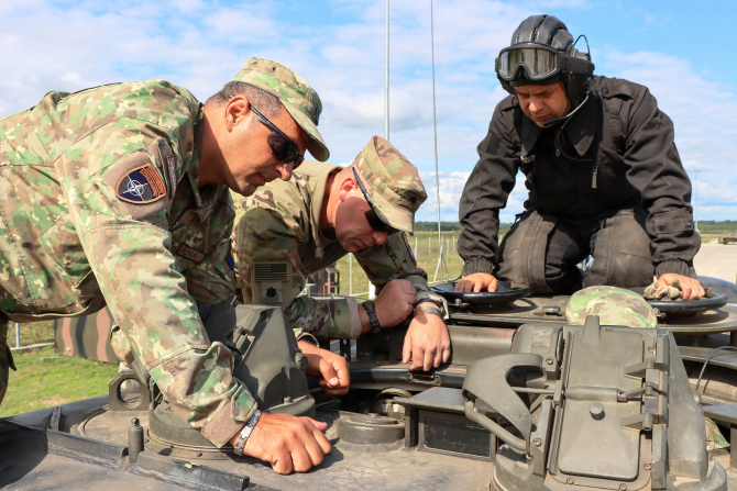 2. -imagine fara descriere- (gepard-militari-sua-inspectie_67889100.jpg)
