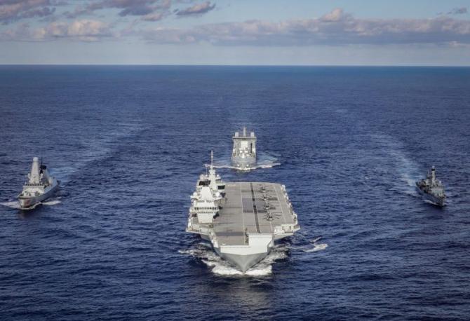 Portavionul britanic HMS Queen Elizabeth, împreună cu o parte a grupului său naval de luptă, sursă foto: Royal Navy