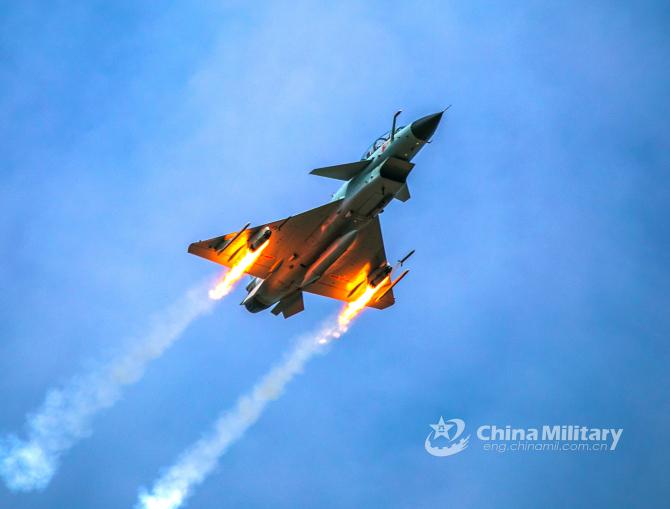 O aeronavă J-10 a Chinei, în timp ce lansează rachete cu ocazia unui exercițiu cu public care a avut loc în 2020. Sursă foto: Ministerul Apărării de la Beijing