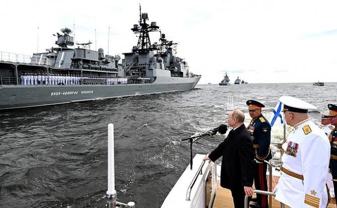 Președintele rus Vladimir Putin, participând parada organizată la Sankt Petersburg de Ziua Forțelor Navale. Sursă foto: Kremlin