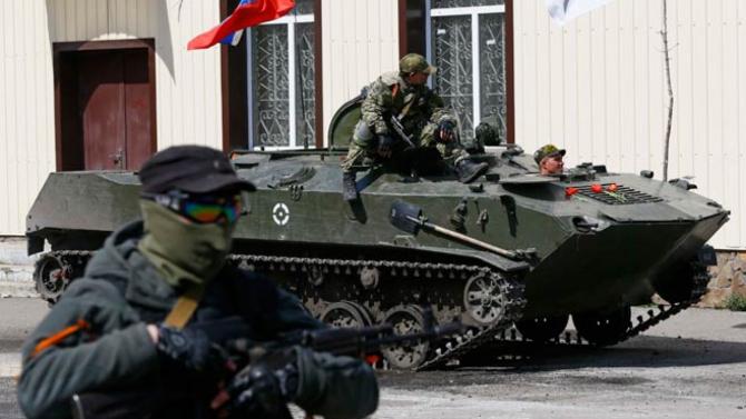 Combatanţi separatişti pro-ruşi în regiunea Doneţk, estul Ucrainei.