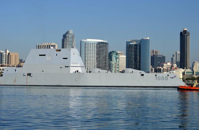 Distrugătorul american stealth USS Zumwalt, surprins în momentul în care a ajuns în San Diego. Sursă foto: Petty Officer 1st Class Melissa Russell via. DVIDSHub.net