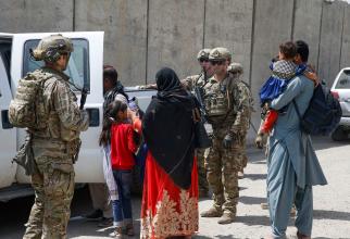 Soldați americani în zona aeroportul din Kabul, sursă foto: U.S. Department of Defense (DoD)