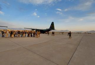 Aeronava C-130 Hercules a ROAF, în timpul misiunii de evacuare din Kabul. Sursă foto: MApN