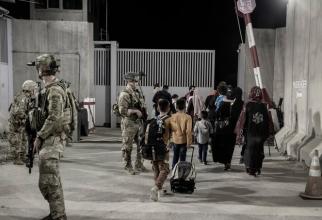 Militari americani pe Aeroportul Internaţional Kabul. Sursa Foto: Twitter DoD.