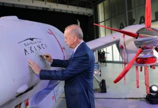 Președintele turc Recep Tayyip Erdogan, în timpul ceremoniei de introducere în cadrul Forțelor Armate a noilor drone de atac Bayraktar Akinci. Sursă foto: Administrația Prezidențială de la Ankara