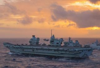 Un F-35B aterizează pe portavionul britanic HMS Queen Elizabeth în Marea Chinei de Sud. În imagine, alături de portavion se află și fregata olandeză HNLMS Evertsen. Sursă foto: Royal Navy