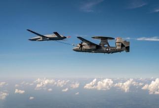 O aeronavă E-2D Advanced Hawkeye a US Navy, realimentată aerian de către un UAV de tip MQ-25. Sursă foto: Boeing