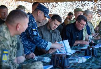 Președintele ucrainean Volodimir Zelenski, în timpul inspecției militare. Sursă foto: Administrația Prezidențială de la Kiev