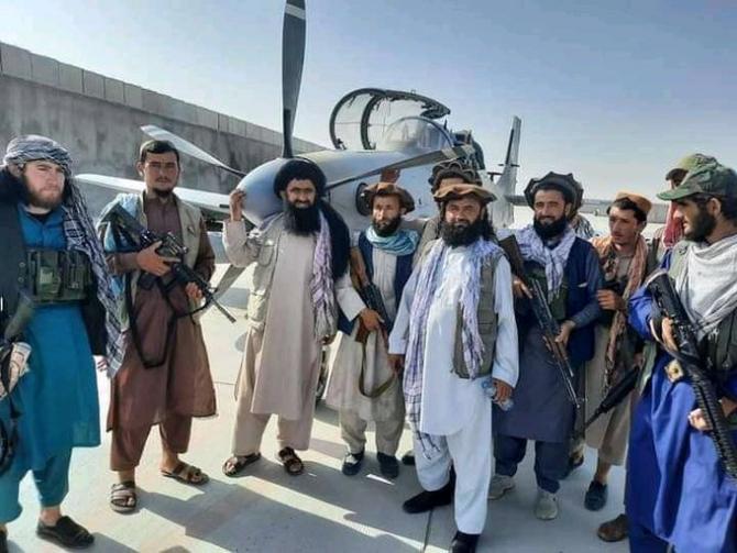 Talibanii, pozându-se cu un avion de atac A-29 Super Tucano capturat. Sursă foto: Twitter WorldOnAlert