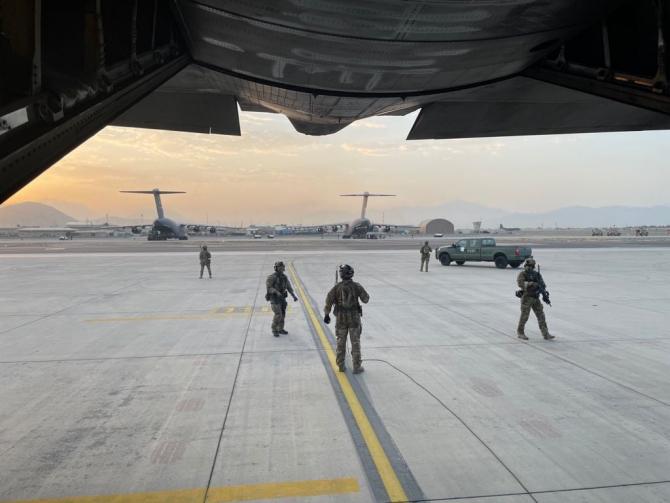 Imagine dintr-un C-130 Hercules pe aeroportul din Kabul, în timpul misiunii de evacuare. Sursă foto: MApN