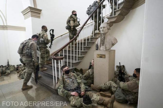 Soldați americani păzind Capitoliul după atacul din 6 ianuarie 2021