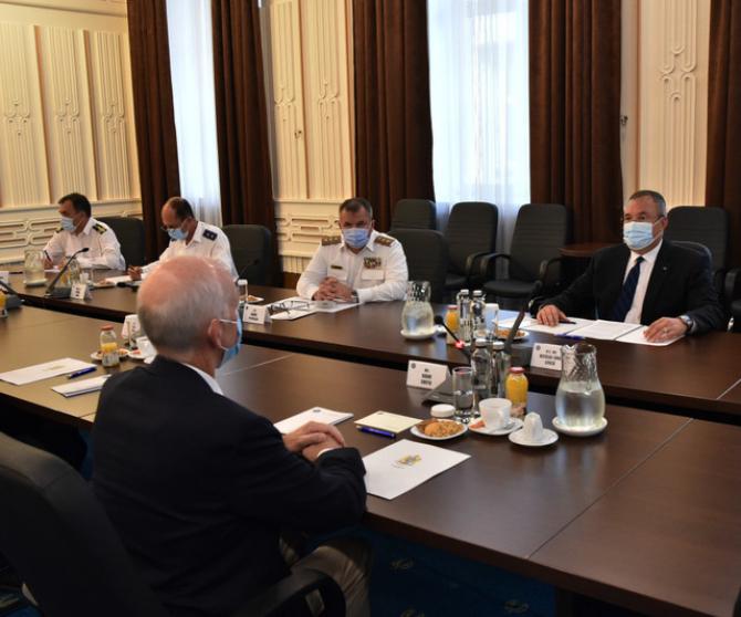 Ministrul Nicolae Ciucă, în timpul întrevederii pe care a avut-o la sediul MApN cu delegația Congresului Statelor Unite ale Americii. Sursă foto: MApN